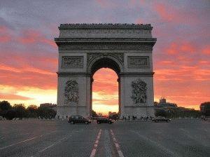 триумфальная арка в париже вечером
