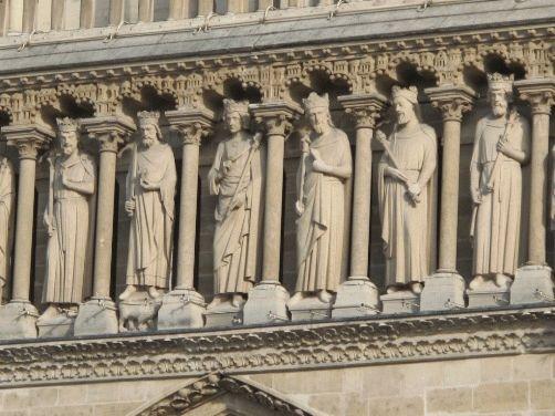 Фото святых на фасаде Сбора Парижской Богоматери