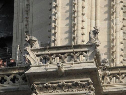 Фото с площади на горгулий фасада собора Норт Дам де Пари