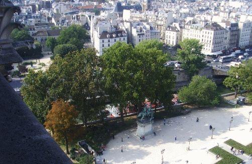 Фото - вид на площадь перед Собором Нотр-Дам немного левее