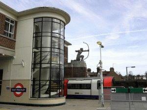 archer Лучник возле станции метро East Finchley Лондон