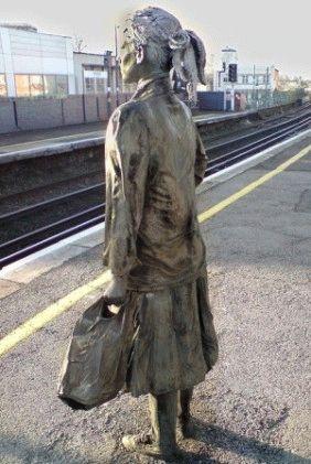 Бронзовые пассажиры, ждущие поезда на станции Brixton