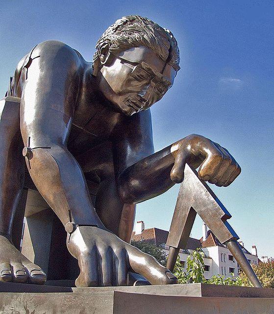 необычная скульптура приветствует и приглашает новые поколения интересующихся науками в Британскую Библиотеку