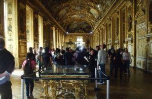 Основное здание Лувра имеет три крыла -  Ришелье (Richelieu), Денон (Denon), Сюлли (Sully)
