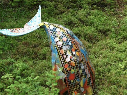 фото рыбий хвост, торчащий из земли