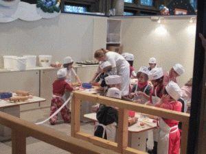 рождественская Вена мастер класс для детей в Ратуше по приготовлению пирожных фото