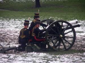 Артиллерийский салют в честь вступления на престол фото