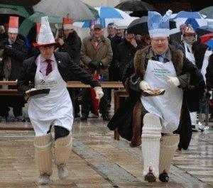 традиция гонки со сковородками и блинчиками в лондоне фото