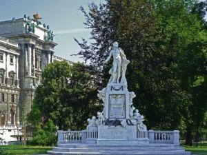 памятник Моцарту в Вене фото