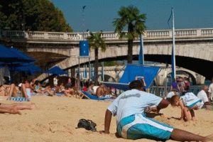 Париж в августе –  пляж на берегу Сены фото