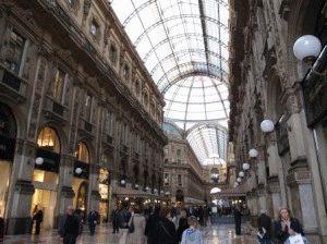 внутри торговой галереи в Милане