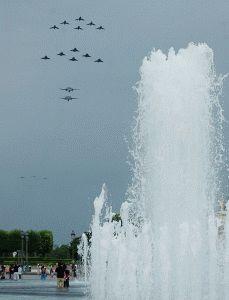 полет истребителей 14 июля Париж фото