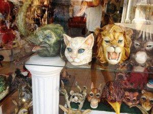 венецианские маски в витрине фото