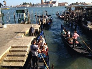 остановка гондолы Венеция фото