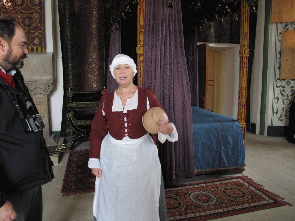 актриса в зале замка Стирлинг фото