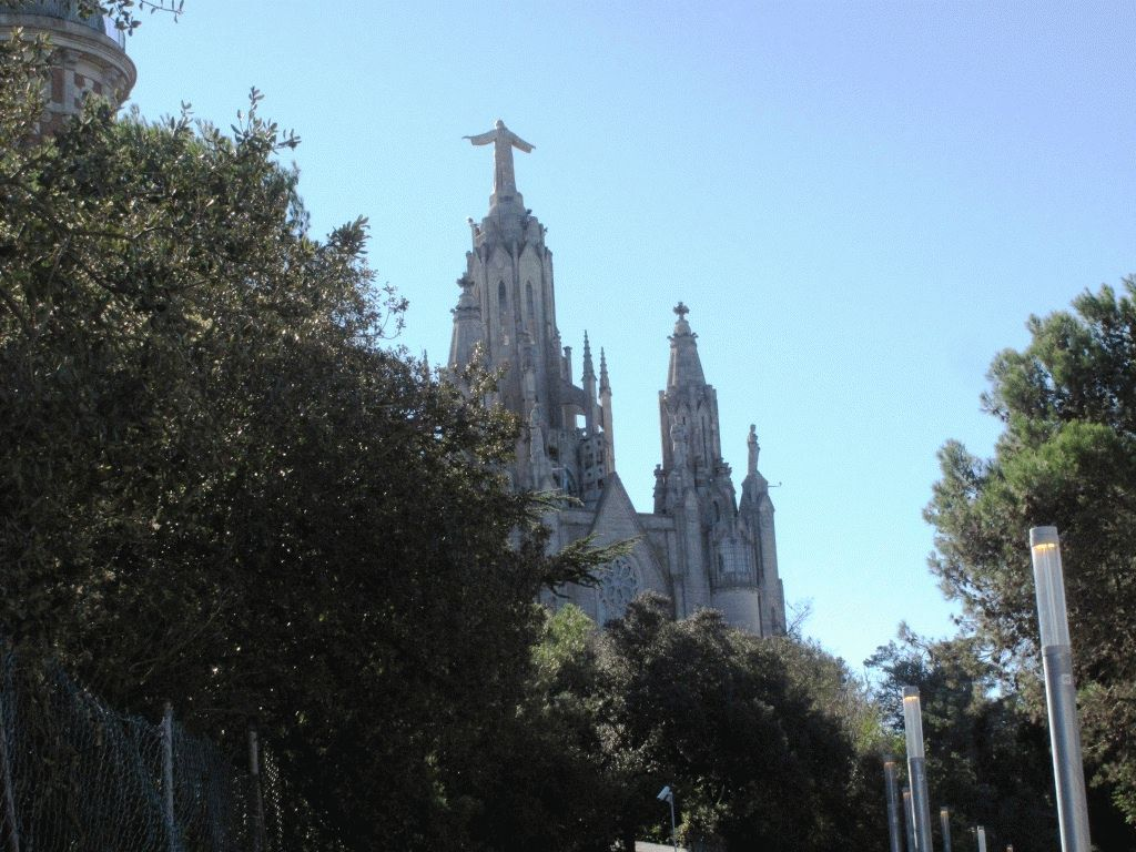 вид на церковь из парка тибидабо фото