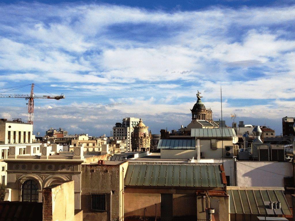 вид на Барселону с крыши дома Бальо фото