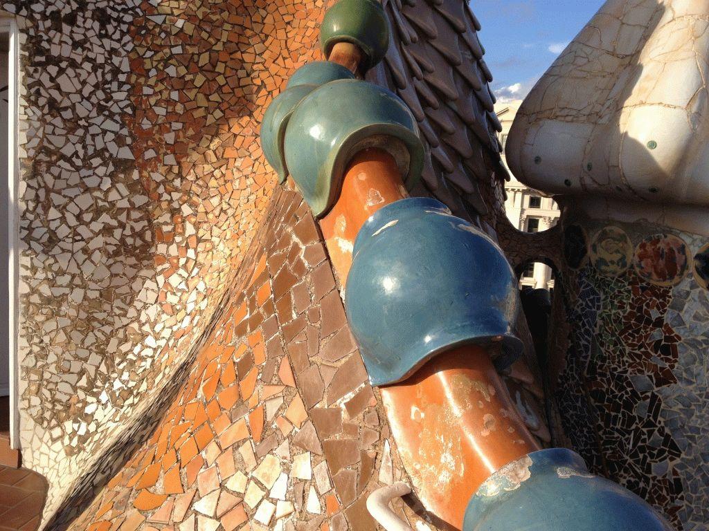 элемент крыши дома Бальо фото Барселона Гауди