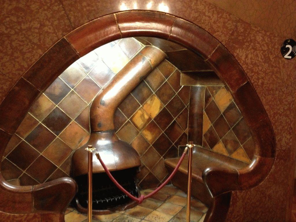 камин в доме Бальо фото Гауди