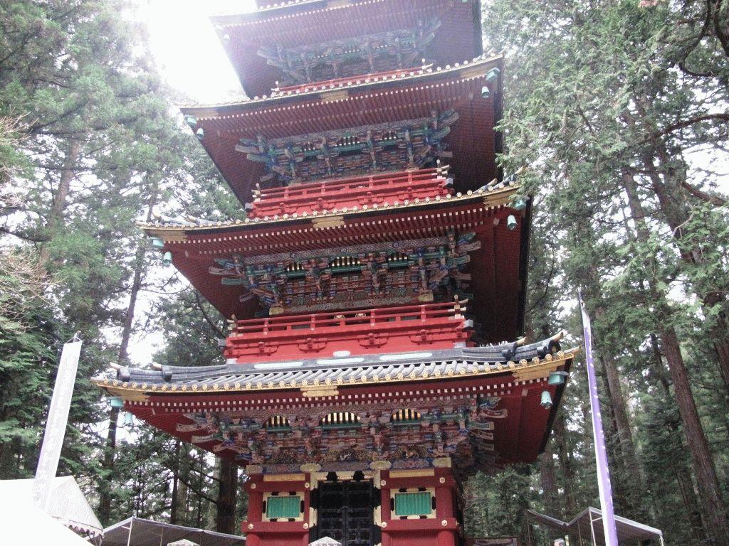 красно-зеленая пятиярусная пагода Никко фото