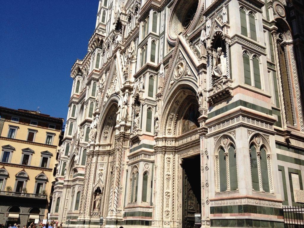 впереди фасад Дуомо Флоренция фото