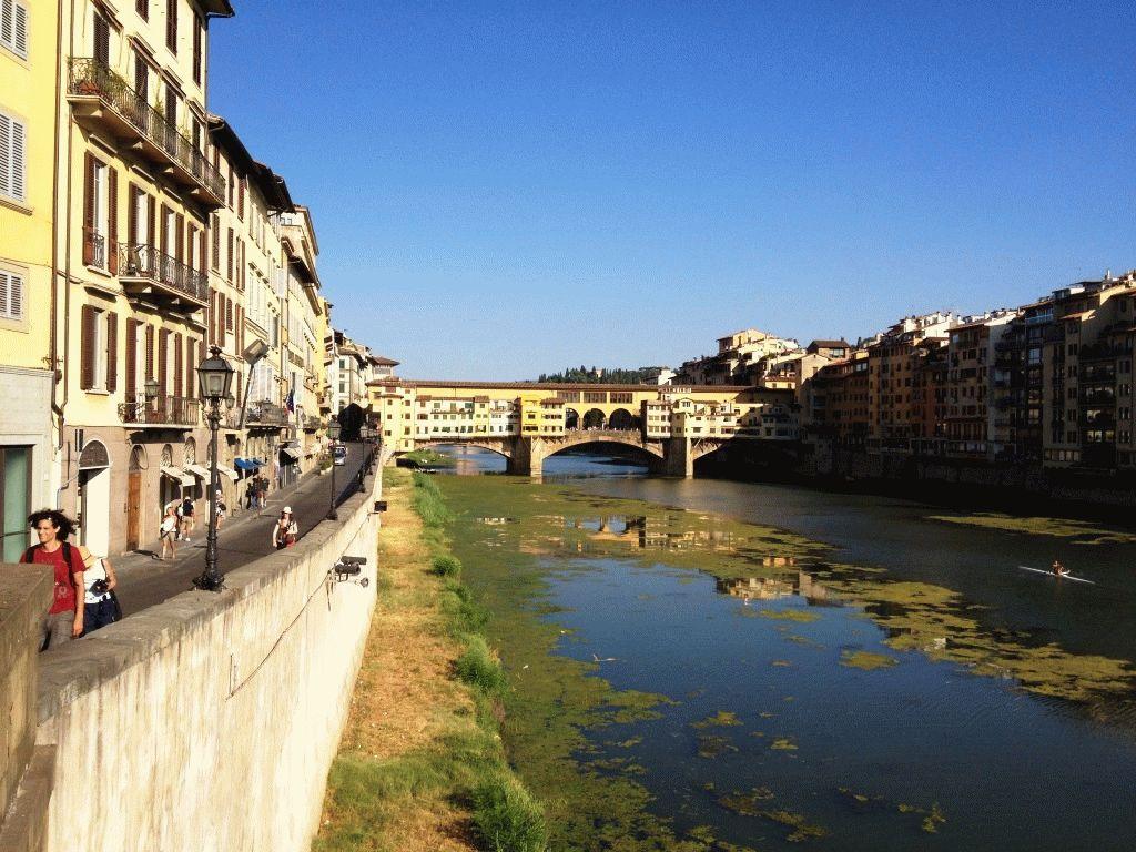 вид на Золотой мост Флоренции летом в августе фото