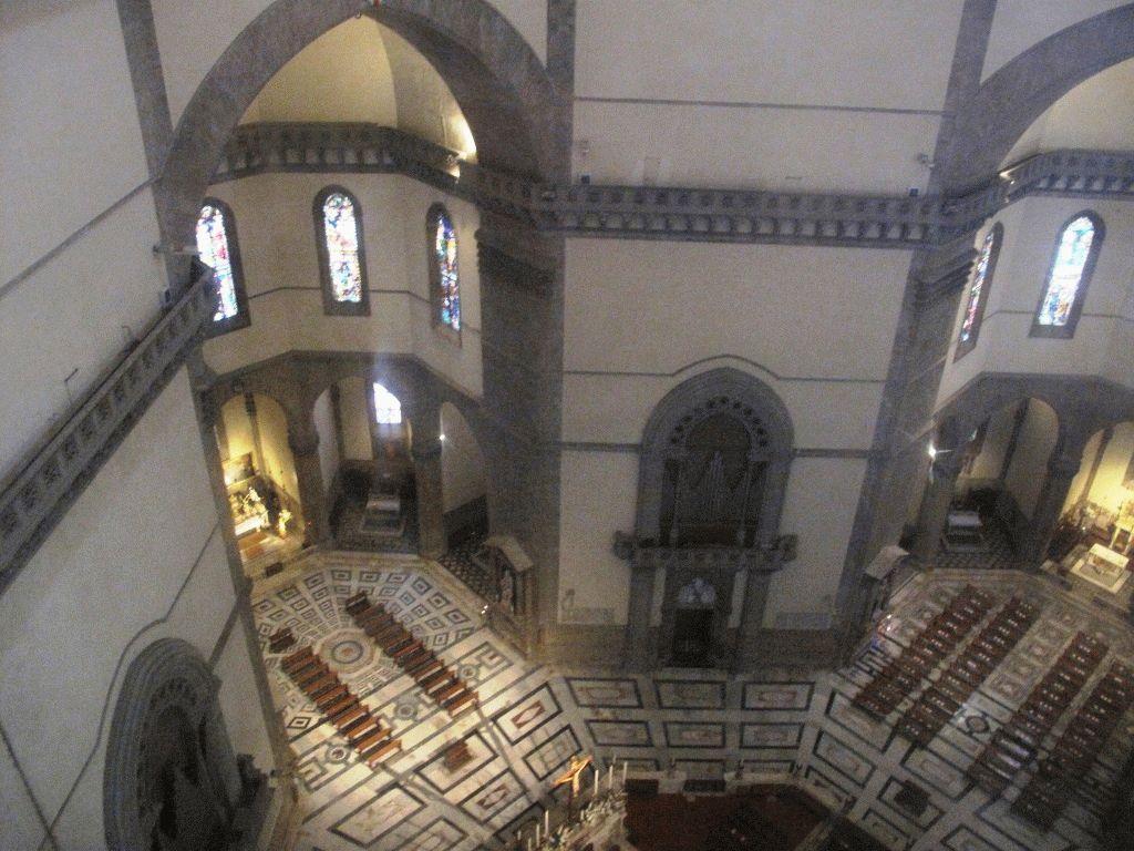 Вид с галереи под куполом вниз фото