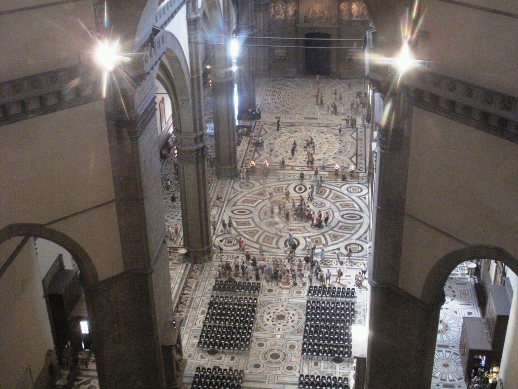 Вид с галереи под куполом Дуомо вниз фото