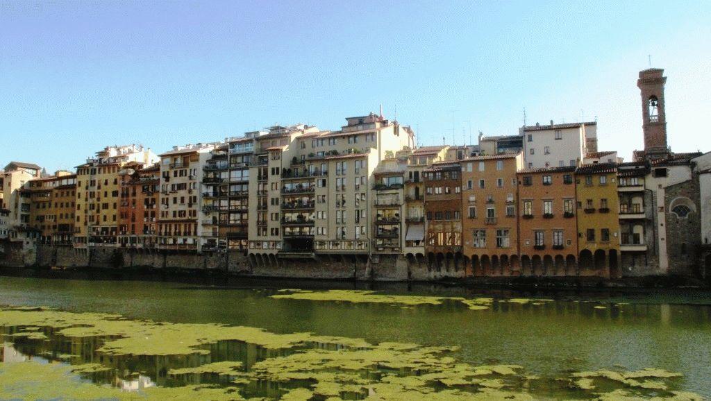 вид на набережную Золотого моста во Флоренции летом в августе фото