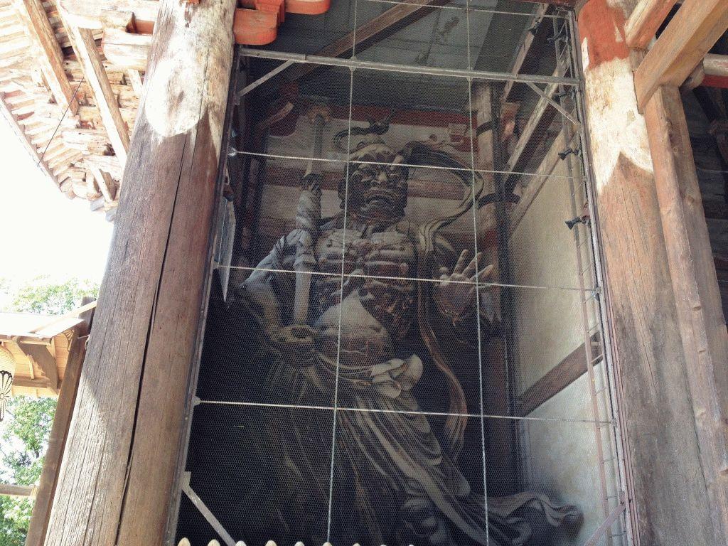 грозные фигуры богов-хранителей фото