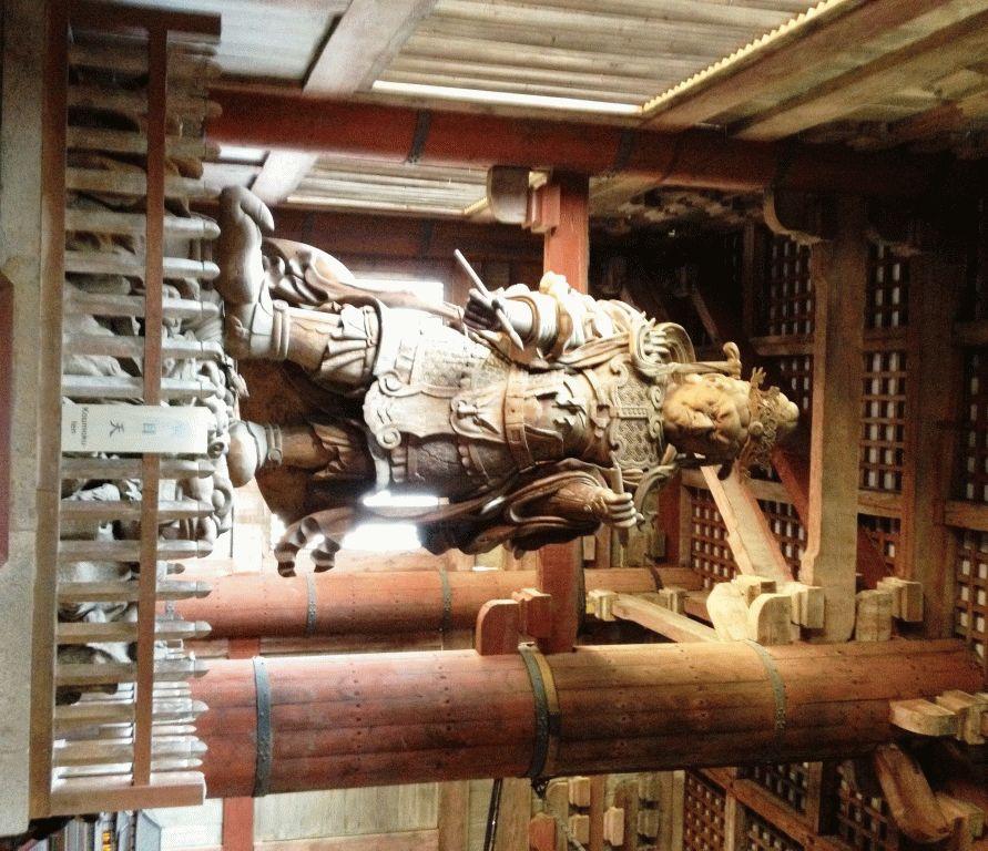 статуи богов в буддийском храме  Нара Япония фото