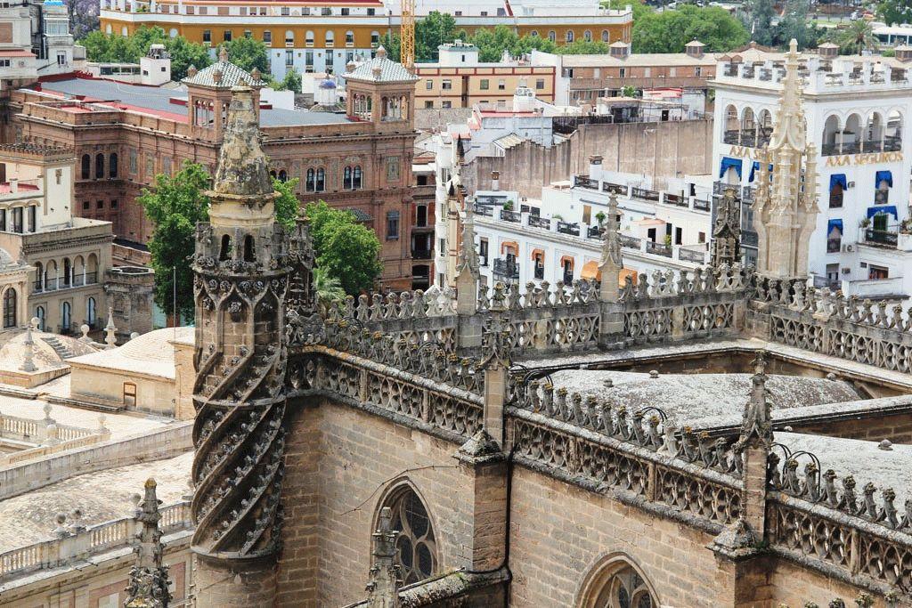 Вид с севильского собора на город фото