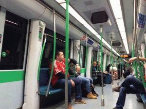в вагоне метро мадрид фото