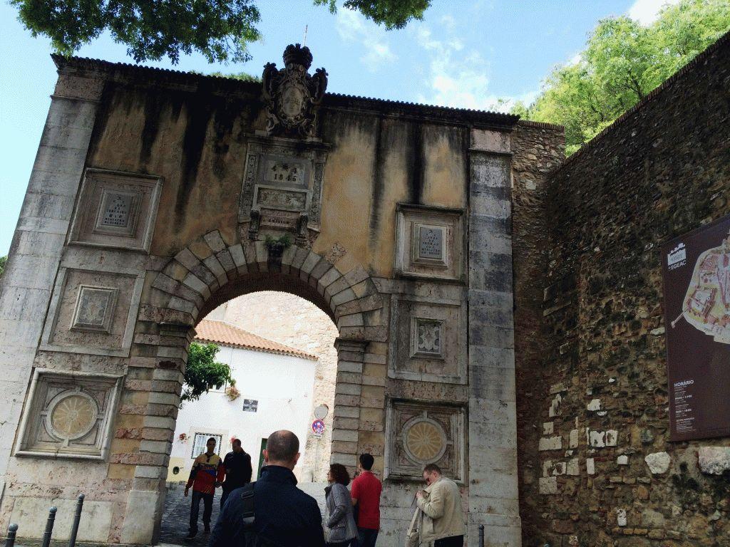 Замок Святого Георгия Лиссабон Португалия фото