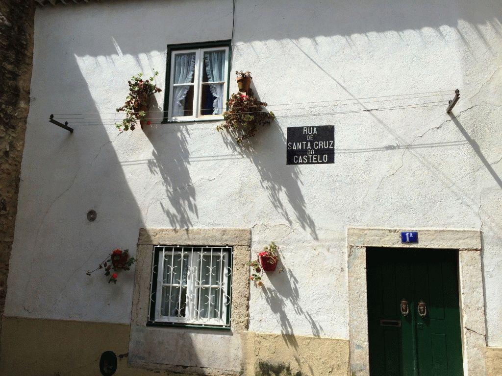 Улица в замке Святого Георгия Лиссабон Португалия фото