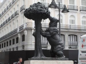 скульптурой медведя мадрид с детьми фото
