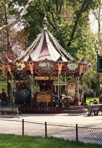Парк Монсо Франция карусели фото