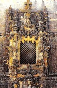 окна главного фасада дома Капитула Томар фото Португалия