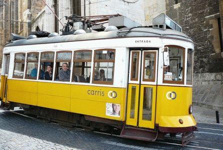 желтый туристический трамвай Лиссабон фото